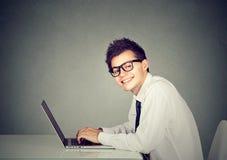 Άτομο τεχνολογίας geek που εργάζεται στο lap-top του Στοκ Εικόνες