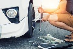 Άτομο της Ασίας με ένα άσπρο αυτοκίνητο που ανάλυσε Στοκ φωτογραφία με δικαίωμα ελεύθερης χρήσης