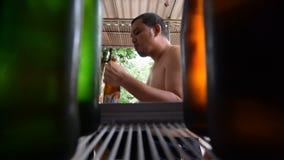 Άτομο της Ασίας που παίρνει την μπύρα από ένα ψυγείο απόθεμα βίντεο