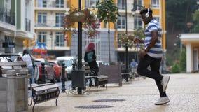 Άτομο της Groovy που εκτελεί afrohouse το χορό στην οδό φιλμ μικρού μήκους