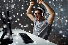 Άτομο τηλεοπτικό παιχνίδι υπολογιστών κασκών στο παίζοντας στο σπίτι Στοκ εικόνες με δικαίωμα ελεύθερης χρήσης