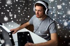 Άτομο τηλεοπτικό παιχνίδι υπολογιστών κασκών στο παίζοντας στο σπίτι Στοκ Φωτογραφία