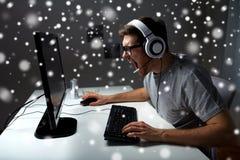 Άτομο τηλεοπτικό παιχνίδι υπολογιστών κασκών στο παίζοντας στο σπίτι Στοκ Φωτογραφίες