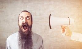 Άτομο τη μακριά γενειάδα και megaphone, που τονίζεται με Στοκ Εικόνα
