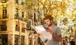 Άτομο τουριστών που εξετάζει το χάρτη πόλεων - ταξίδι καλοκαιρινών διακοπών Στοκ Εικόνα