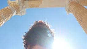 άτομο τουριστών που περπατά μέσω των αρχαίων καταστροφών ναών ακρόπολη, Αθήνα, Ελλάδα απόθεμα βίντεο