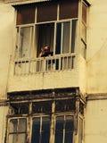 Άτομο του Μαρόκου στο μπαλκόνι του παλαιού κτηρίου Στοκ Φωτογραφίες