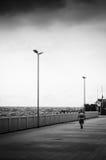 Άτομο τρίτης ηλικίας που περπατά στην παραλία Στοκ Εικόνα