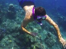 Άτομο υποβρύχιο στη μάσκα, που κολυμπά με αναπνευτήρα στην μπλε θάλασσα Στοκ φωτογραφία με δικαίωμα ελεύθερης χρήσης