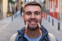 Άτομο υποκριτών που φορά ένα πλαστό χαμόγελο στοκ φωτογραφίες