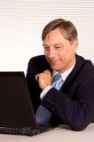 άτομο υπολογιστών όμορφ&omicro Στοκ φωτογραφία με δικαίωμα ελεύθερης χρήσης