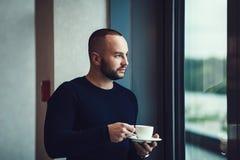 άτομο φλυτζανιών καφέ Στοκ Φωτογραφία