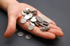 άτομο χεριών νομισμάτων μικ& Στοκ Φωτογραφία