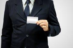 Άτομο χεριών που φορά ένα κοστούμι που κρατά μια κενή κάρτα στοκ εικόνες