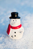 Άτομο χιονιού, παιχνίδι χιονανθρώπων στο υπόβαθρο χιονιού Cristmas Στοκ Φωτογραφίες