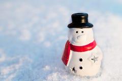 Άτομο χιονιού, παιχνίδι χιονανθρώπων στο υπόβαθρο χιονιού Cristmas Στοκ φωτογραφία με δικαίωμα ελεύθερης χρήσης