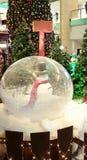 Άτομο χιονιού Χριστουγέννων στη σφαίρα χιονιού Στοκ φωτογραφία με δικαίωμα ελεύθερης χρήσης