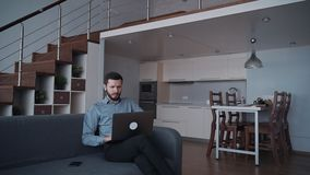 Άτομο χρησιμοποιώντας το σύγχρονο lap-top και εργαζόμενος στο σπίτι απόθεμα βίντεο