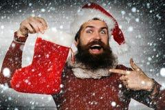 Άτομο Χριστουγέννων με τη διακοσμητική γυναικεία κάλτσα στοκ φωτογραφίες