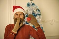 Άτομο Χριστουγέννων στο κόκκινο παρόν παιχνίδι καρδιών λαβής καπέλων santa στοκ φωτογραφία με δικαίωμα ελεύθερης χρήσης