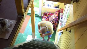 Άτομο χωρικών με τον πόλο χρωμάτων βουρτσών στην αγροτική σκάλα αγροτικών σπιτιών 4K απόθεμα βίντεο