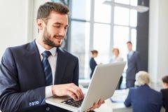 Άτομο ως επιχειρηματία με τον υπολογιστή Στοκ εικόνες με δικαίωμα ελεύθερης χρήσης
