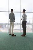 Άτομο δύο επιχειρήσεων που χρησιμοποιεί τη στάση συναδέλφων ομάδας κεντρικών επιχειρήσεων Coworking υπολογιστών ταμπλετών στο μπρ Στοκ φωτογραφία με δικαίωμα ελεύθερης χρήσης