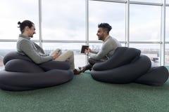 Άτομο δύο επιχειρήσεων που χρησιμοποιεί τους συναδέλφους ομάδας κεντρικών επιχειρήσεων Coworking υπολογιστών ταμπλετών που κάθοντ Στοκ φωτογραφία με δικαίωμα ελεύθερης χρήσης