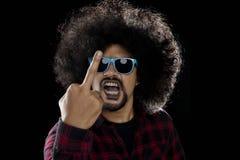 Άτομο Afro που παρουσιάζει μέσο δάχτυλο Στοκ φωτογραφία με δικαίωμα ελεύθερης χρήσης
