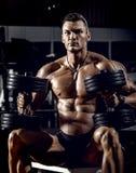 Άτομο bodybuilder στη γυμναστική στοκ εικόνα με δικαίωμα ελεύθερης χρήσης