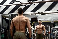 Άτομο bodybuilder στη γυμναστική στοκ φωτογραφίες