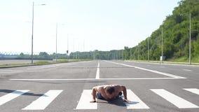 Άτομο Burpee που κάνει την ικανότητα άσκησης burpees workout υπαίθρια κίνηση αργή απόθεμα βίντεο