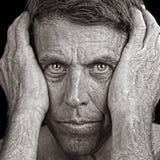 Άτομο Clutching το κεφάλι του Στοκ εικόνες με δικαίωμα ελεύθερης χρήσης