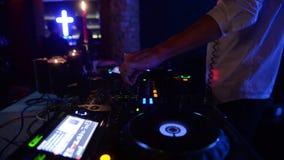 Άτομο DJ στη λέσχη απόθεμα βίντεο