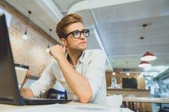 Άτομο Dreamful που στηρίζεται στην καφετέρια Στοκ Εικόνες