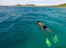 Άτομο Fijian που κολυμπά με αναπνευτήρα στο νησί Φίτζι Yasawa Στοκ φωτογραφίες με δικαίωμα ελεύθερης χρήσης