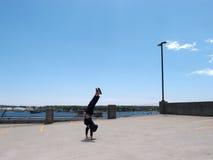 Άτομο Handstands πάνω από ένα γκαράζ χώρων στάθμευσης η πόλη του Πόρτλαντ Μ Στοκ Φωτογραφίες