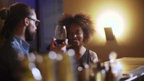 Άτομο Hipster για να κάνει την εξοικείωση του μαύρου προκλητικού κοριτσιού στο φραγμό Πίνουν το κρασί και το γέλιο απόθεμα βίντεο