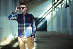 Άτομο Hipster με τα γυαλιά ηλίου στην ανατολή Στοκ Εικόνες
