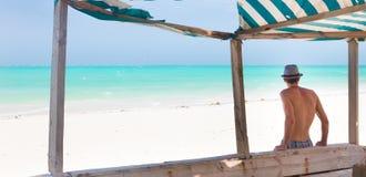 Άτομο Hipster με το καπέλο στην τροπική αμμώδη παραλία στοκ φωτογραφίες