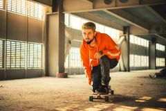 Άτομο Hipster που απολαμβάνει το γύρο σε έναν μακρύ πίνακα Στοκ Φωτογραφίες