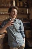 Άτομο Hipster που πίνει ένα γυαλί του κοκ Στοκ Φωτογραφία