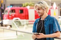 Άτομο Hipster που στέκεται στη μουσική ακούσματος οδών πόλεων Στοκ εικόνα με δικαίωμα ελεύθερης χρήσης