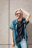 Άτομο Hipster που στέκεται στη μουσική ακούσματος οδών πόλεων Στοκ φωτογραφίες με δικαίωμα ελεύθερης χρήσης