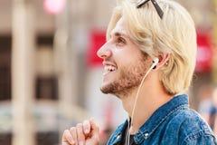 Άτομο Hipster που στέκεται στη μουσική ακούσματος οδών πόλεων Στοκ φωτογραφία με δικαίωμα ελεύθερης χρήσης
