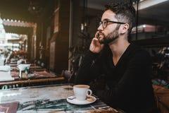 Άτομο Hipster στον καφέ οδών που παίρνει το τηλέφωνο Στοκ Φωτογραφίες