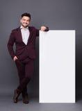 Άτομο Hipster στο επιχειρησιακό κοστούμι με την κενή αφίσα Στοκ Φωτογραφίες