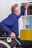 Άτομο Idependent που χρησιμοποιεί την αναπηρική καρέκλα Στοκ Εικόνα