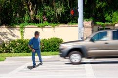 Άτομο Jaywalking περίπου που οργανώνεται από το truck Στοκ φωτογραφίες με δικαίωμα ελεύθερης χρήσης