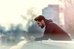 Άτομο Jogger με τα ακουστικά που χρησιμοποιούν τη μουσική Smartphone και ακούσματος Στοκ Εικόνες